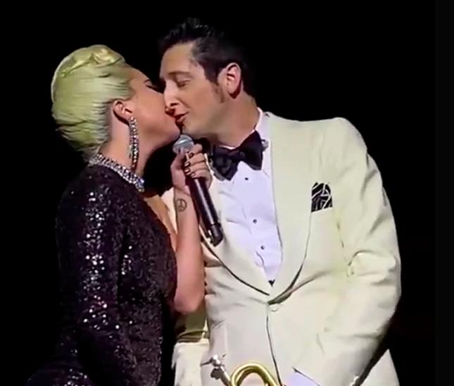 Lady Gaga besa a hombre casado en show de Las Vegas